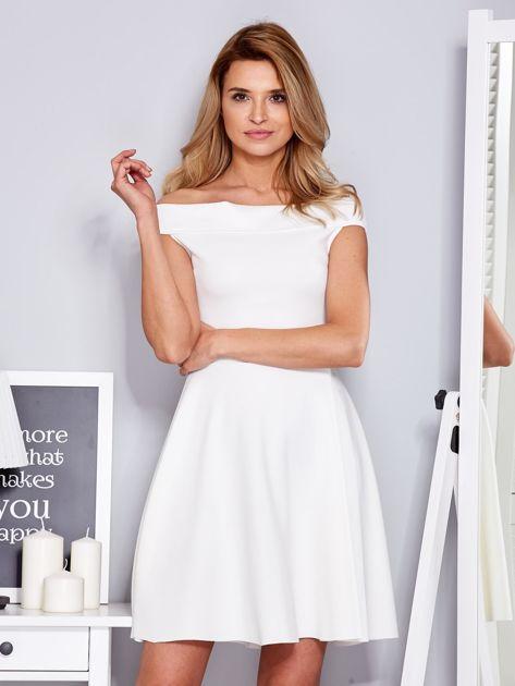 Ecru sukienka z odsłoniętymi ramionami                                  zdj.                                  1