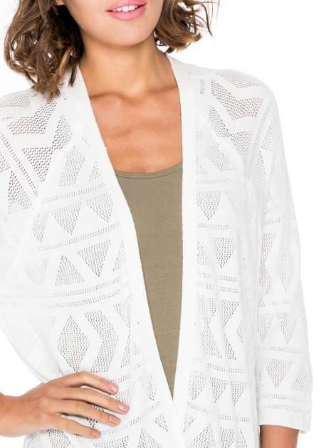 Ecru sweter narzutka o geometrycznym splocie                                  zdj.                                  5