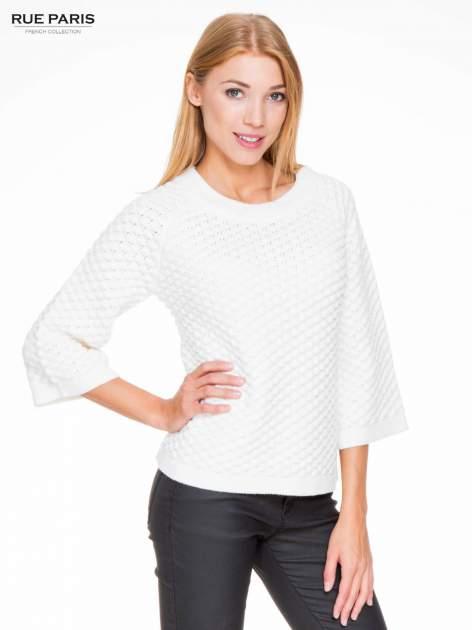 Ecru sweter o bąbelkowej fakturze