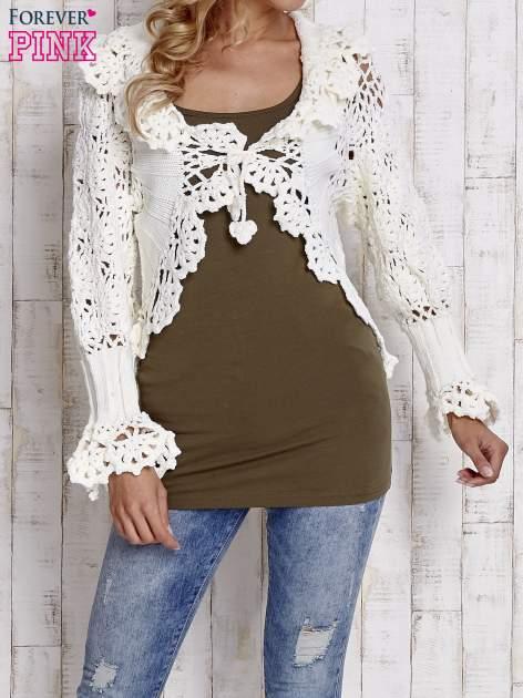 Ecru sweter o szerokim splocie z wiązaniem                                  zdj.                                  1