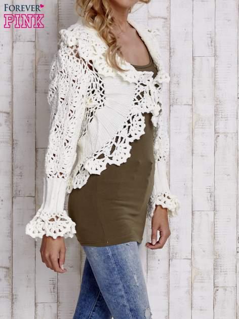 Ecru sweter o szerokim splocie z wiązaniem                                  zdj.                                  3