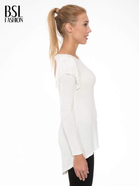 Ecru sweter z frędzlami przy ramionach i dekoltem na plecach                                  zdj.                                  3