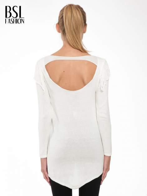 Ecru sweter z frędzlami przy ramionach i dekoltem na plecach                                  zdj.                                  4