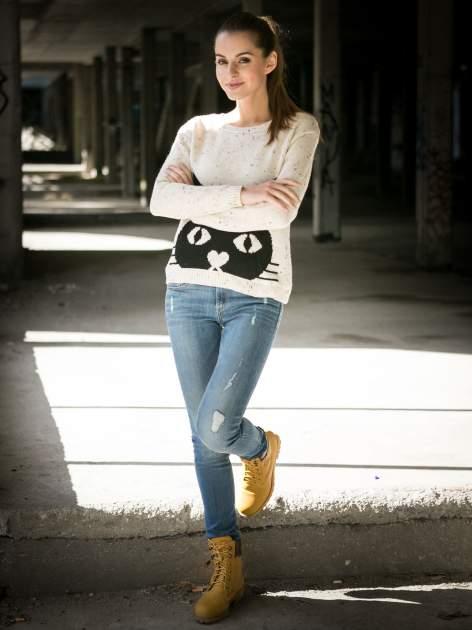Ecru sweter z nadrukiem kota                                  zdj.                                  9