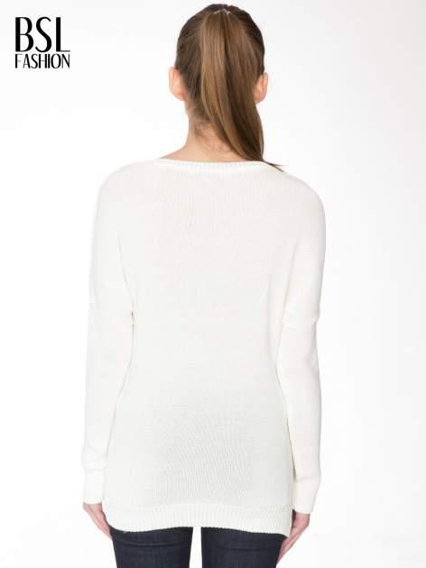 Ecru sweter z sercem obszytym frędzlami                                  zdj.                                  4