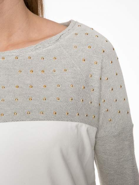 Ecru-szara bluzka z dekoltem zdobionym dżetami                                  zdj.                                  5