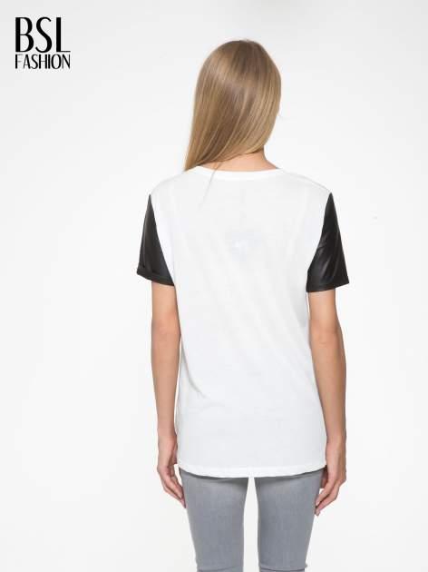 Ecru t-shirt z czarnymi skórzanymi rękawami                                  zdj.                                  4