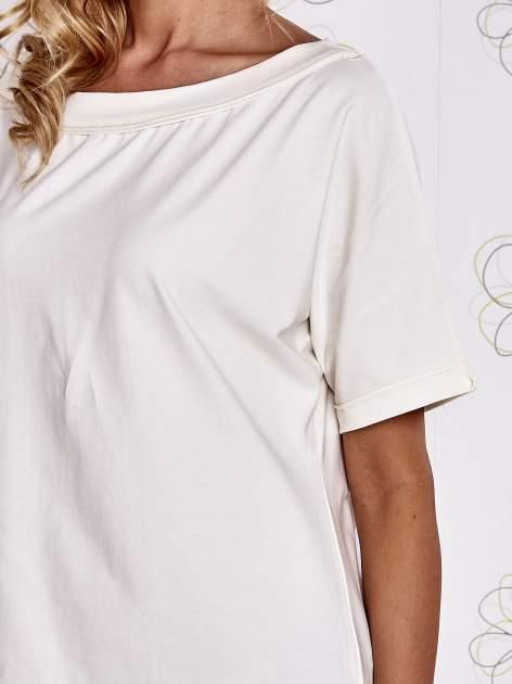 Ecru t-shirt z dekoltem w łódkę                                  zdj.                                  5