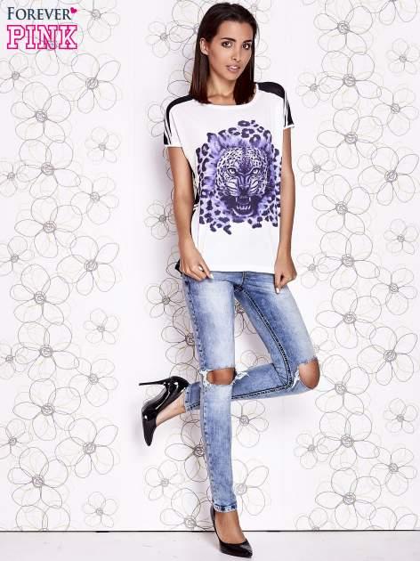Ecru t-shirt z fioletowym zwierzęcym nadrukiem i pasiastym tyłem                                  zdj.                                  4