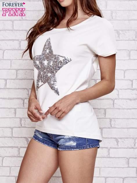Ecru t-shirt z gwiazdą z cekinów                                  zdj.                                  3