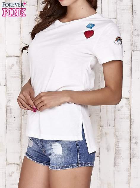 Ecru t-shirt z kolorowymi naszywkami                                  zdj.                                  3