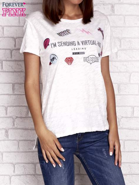 Ecru t-shirt z kolorowymi naszywkami i napisem                                  zdj.                                  1