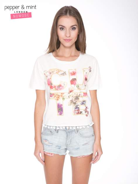Ecru t-shirt z nadrukiem CUTE i pomponami w stylu etno                                  zdj.                                  1