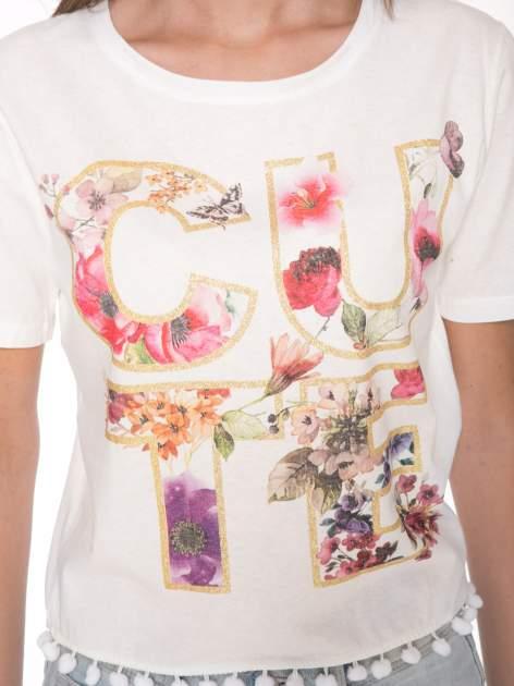 Ecru t-shirt z nadrukiem CUTE i pomponami w stylu etno                                  zdj.                                  6