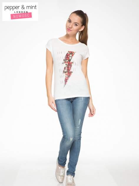 Ecru t-shirt z nadrukiem tekstowym i grzmotem                                  zdj.                                  5