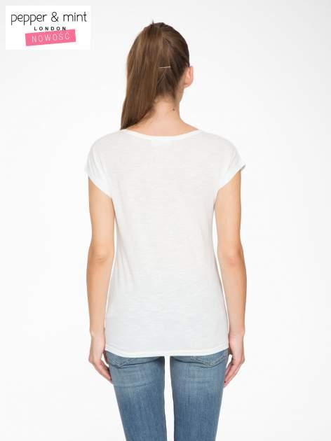 Ecru t-shirt z nadrukiem tekstowym i grzmotem                                  zdj.                                  4