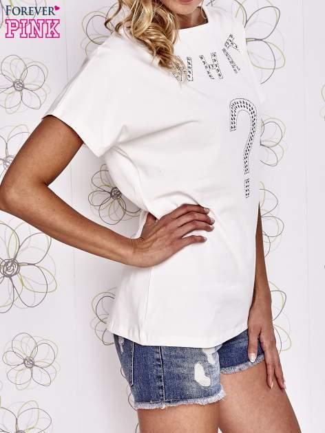 Ecru t-shirt z napisem i trójkątnym wycięciem na plecach                                  zdj.                                  3