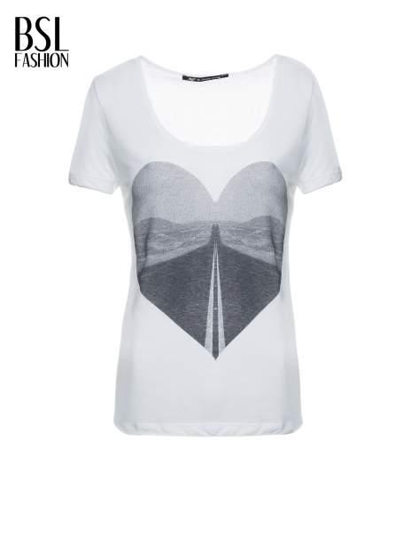 Ecru t-shirt z szarym nadrukiem serca                                  zdj.                                  2