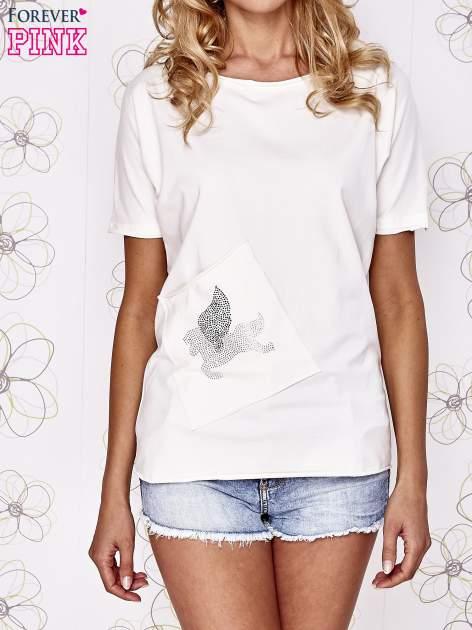 Ecru t-shirt z ukośną kieszenią i dżetami                                  zdj.                                  1