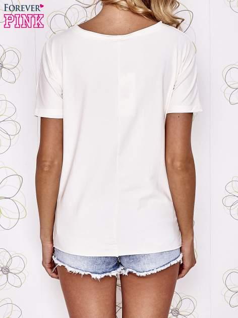 Ecru t-shirt z ukośną kieszenią i dżetami                                  zdj.                                  4