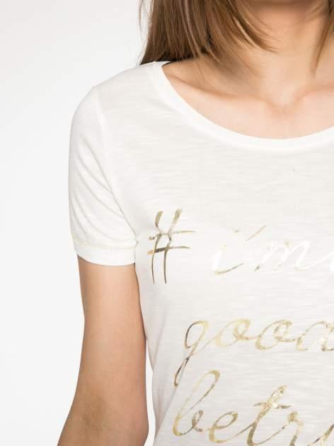 Ecru t-shirt ze złotym hasztagiem                                  zdj.                                  5