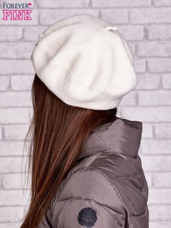 Ecru wełniany beret z błyszczącą aplikacją                                  zdj.                                  2