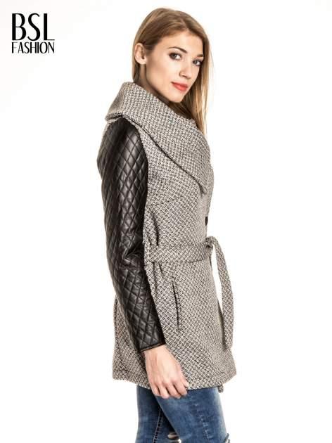Ecru wzorzysty płaszcz ze skórzanymi pikowanymi rękawami                                  zdj.                                  3