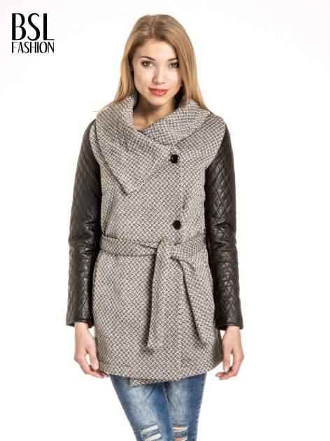 Ecru wzorzysty płaszcz ze skórzanymi pikowanymi rękawami                                  zdj.                                  1