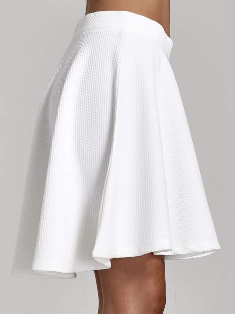 Fakturowana spódnica ecru z plisami i lekko wydłużonym tyłem                                  zdj.                                  6