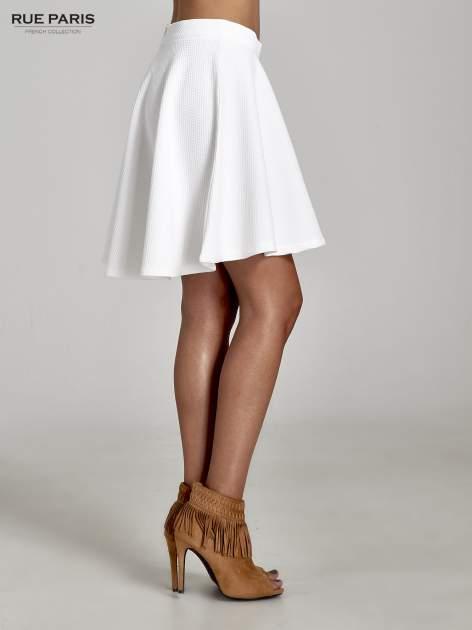 Fakturowana spódnica ecru z plisami i lekko wydłużonym tyłem                                  zdj.                                  3