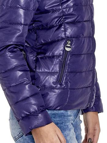 Fioletowa puchowa kurtka z błyszczącego materiału z kapturem                                  zdj.                                  6