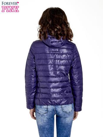 Fioletowa puchowa kurtka z błyszczącego materiału z kapturem                                  zdj.                                  4