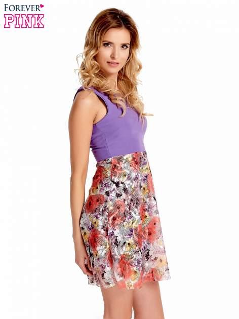Fioletowa sukienka z kwiatowym dołem                                  zdj.                                  3