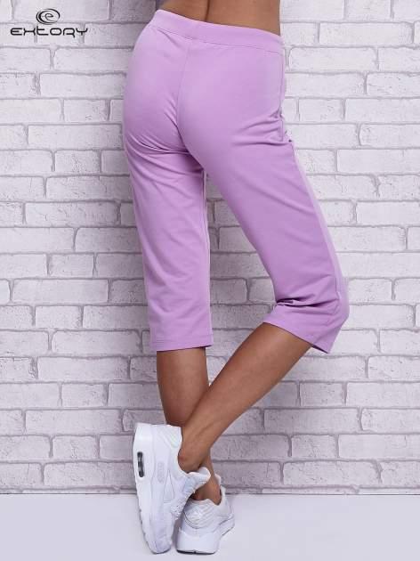 Fioletowe spodnie capri z wszytymi kieszonkami                                  zdj.                                  2