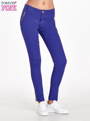 Fioletowe spodnie ze złotymi suwakami