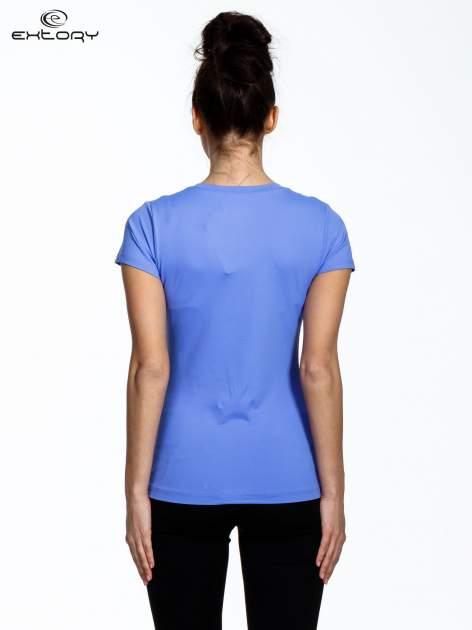 Fioletowy modelujący damski t-shirt sportowy                                   zdj.                                  3