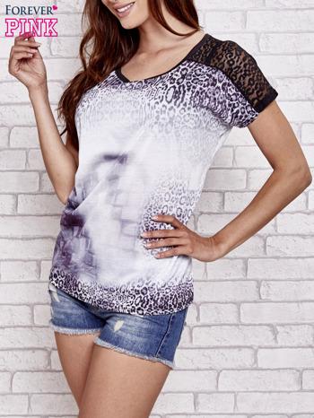Fioletowy t-shirt w panterkę z koronkowymi rękawami                                  zdj.                                  3