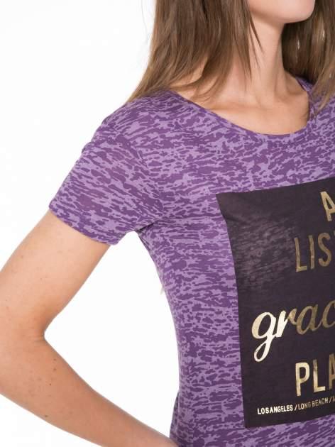 Fioletowy t-shirt ze złotym napisem A LIST OF GRACEFUL PLACES                                  zdj.                                  7