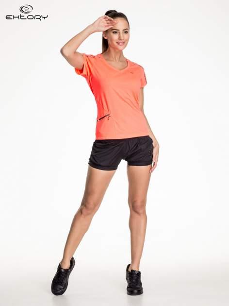 Fluoróżowy t-shirt sportowy z kieszonką i metalicznym nadrukiem                                  zdj.                                  2