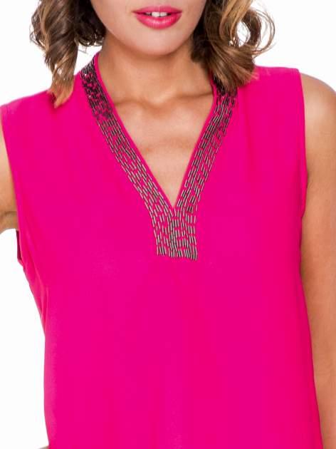 Fuksjowa bluzka koszulowa z biżuteryjnym dekoltem V-neck                                  zdj.                                  5