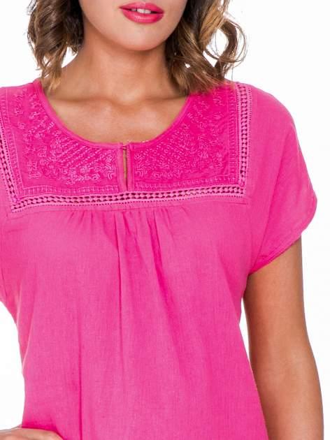 Fuksjowa bluzka koszulowa z haftem i ażurowaniem przy dekolcie                                  zdj.                                  5