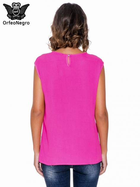 Fuksjowa bluzka koszulowa z ozdobnym dekoltem z wycięciami                                  zdj.                                  4