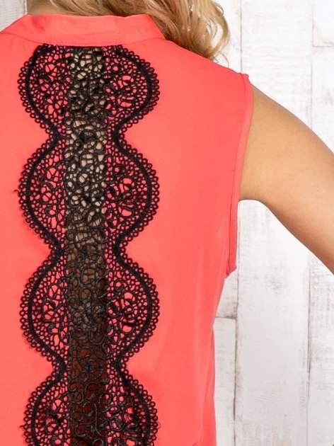 Fuksjowa koszula z suwakiem i ażurową aplikacją na plecach                                  zdj.                                  5