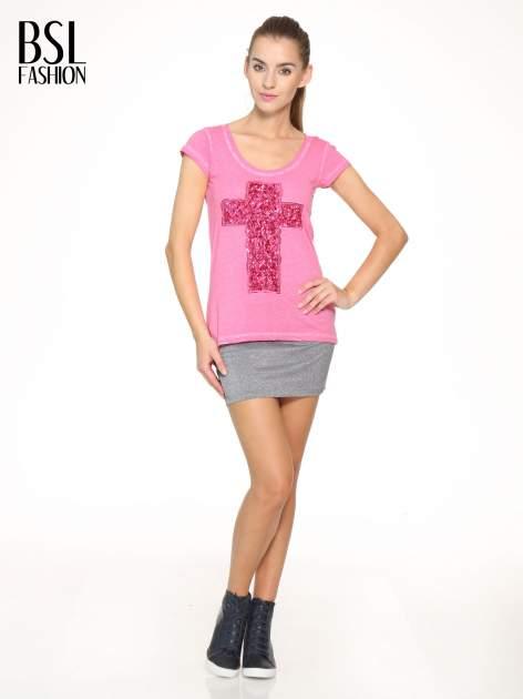 Fuksjowy t-shirt z cekinowym krzyżem                                  zdj.                                  5