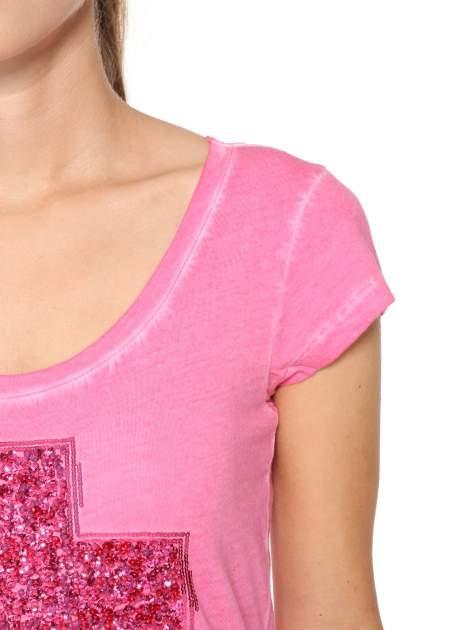 Fuksjowy t-shirt z cekinowym krzyżem                                  zdj.                                  6