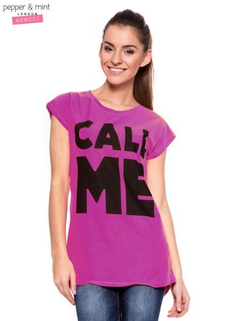 Fuksjowy t-shirt z nadrukiem CALL ME i dłuższym tyłem                                  zdj.                                  1