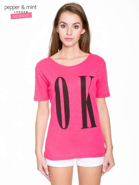 Fuksjowy t-shirt z napisem OK                                  zdj.                                  1