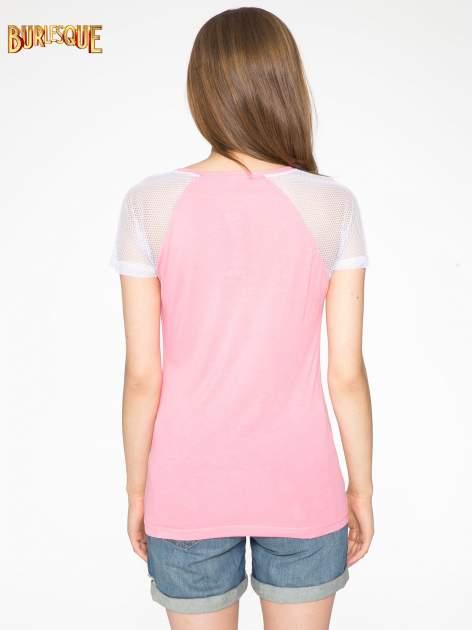 Fuksjowy t-shirt z napisem i siateczkowymi rękawami                                  zdj.                                  4