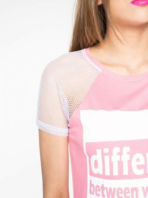 Fuksjowy t-shirt z napisem i siateczkowymi rękawami                                  zdj.                                  5