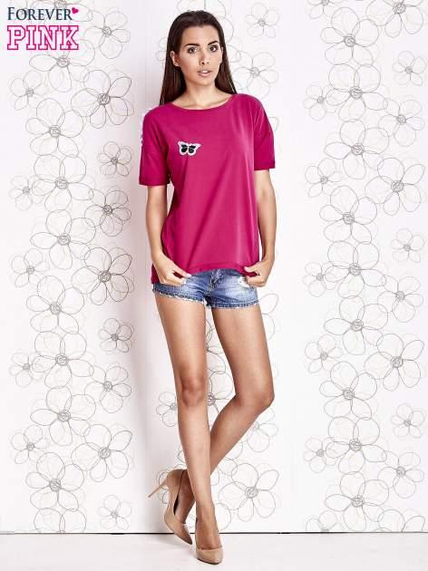 Fuksjowy t-shirt z naszywką motyla i pomponami                                  zdj.                                  4